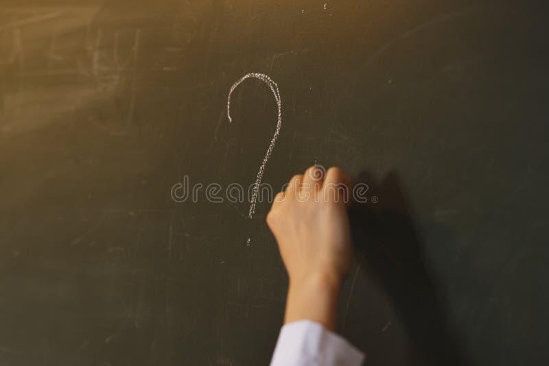 Fragezeichen gezeichnet in Kreide auf einer Tafel lizenzfreie stockfotografie