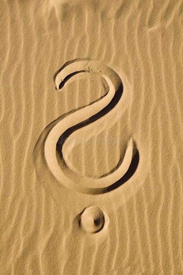 Fragezeichen im Sand stockfotografie