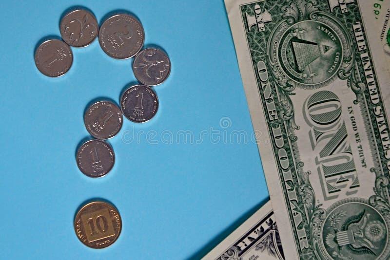 Fragezeichen von den Münzen des israelischen agorot und des Schekels amerikanischer Dollar der Rechnung eine Konzept: der Kurs de lizenzfreie stockbilder