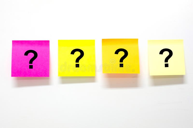 Fragezeichen? Wort mit Briefpapier oder Post-It auf weißem Hintergrund Anzeige, Liste zu tun, Geschäft, FAQ-Frequenz bat stockfoto