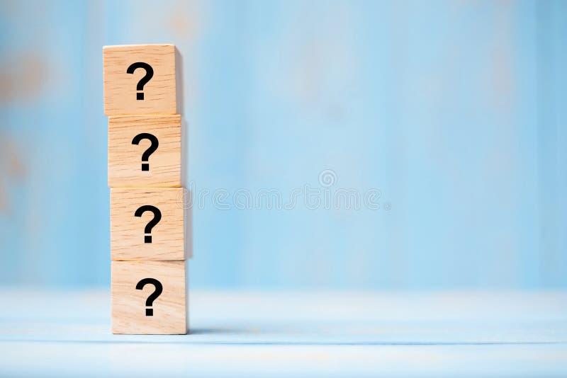 Fragezeichen? Wort mit hölzernem Würfelblock auf blauem Tabellenhintergrund FAQ-Frequenz stellte Fragen, Antwort, Q&A, stockfotografie