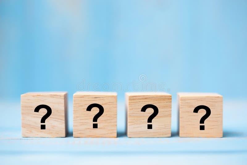 Fragezeichen? Wort mit hölzernem Würfelblock auf blauem Tabellenhintergrund FAQ-Frequenz stellte Fragen, Antwort, Q&A, stockfoto
