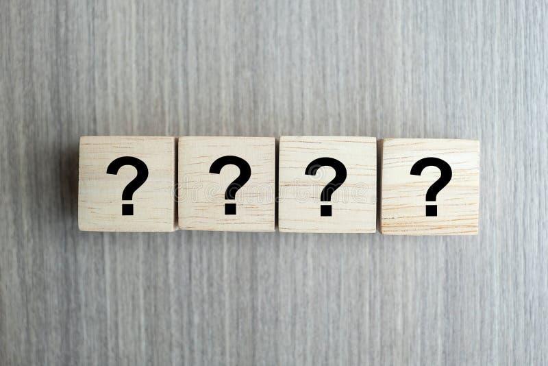Fragezeichen? Wort mit hölzernem Würfelblock auf Tabellenhintergrund FAQ-Frequenz stellte Fragen, Antwort, Q&A, Informationen, stockfotos