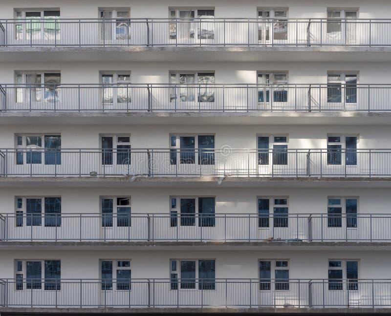 Fragment ściany budynku mieszkalnego w budowie Te same okna i balkony zdjęcia stock