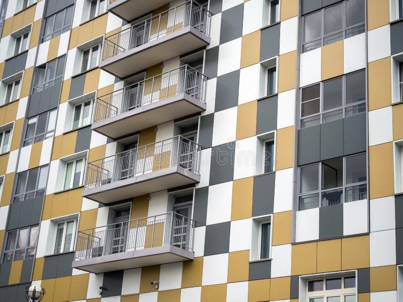 Fragment ściany nowego budynku Równoważne balkony gładkie obrazy royalty free