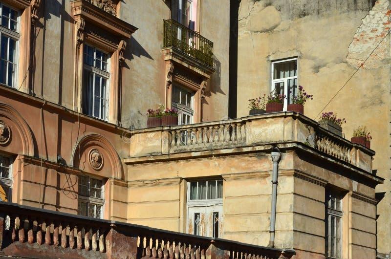 Fragment av arkitekturen av delvist återställda gamla hus i Lviv, Ukraina royaltyfri foto