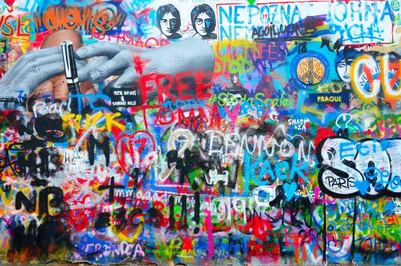 Fragment av berömda John Lennon Wall nära den Kampa ön i Prague, Tjeckien royaltyfri bild