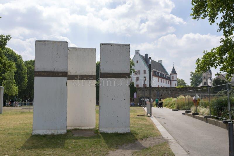 Fragment av Berlin Wall monterade på invallningen av Koblenz royaltyfri bild