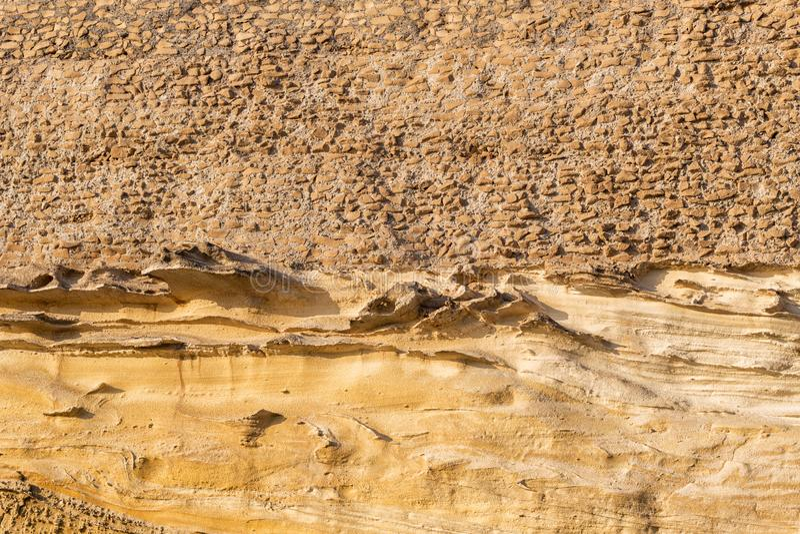 Fragment av den antika gula stenväggen Fotot togs i ruinerad Villa di Nerone, staden Anzio, Italien royaltyfri foto