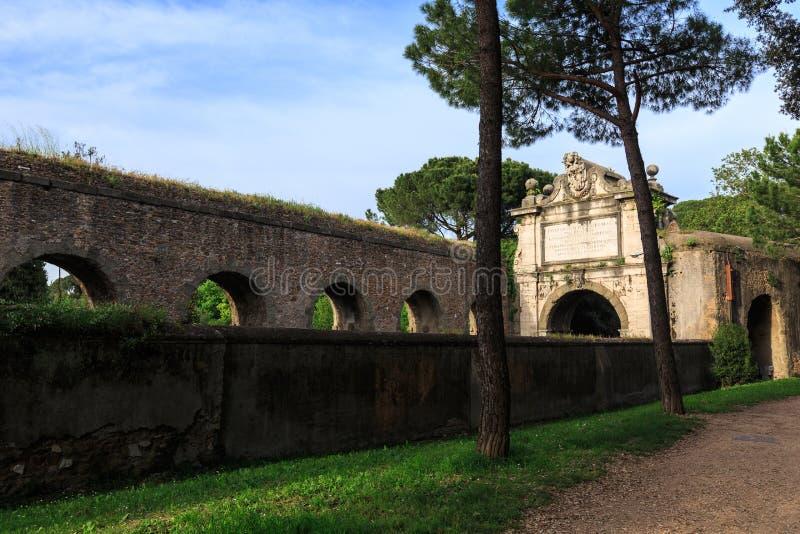 Fragment av den Aurelian väggen runt om forntida Rome på den Aurelia Antica gatan arkivfoton