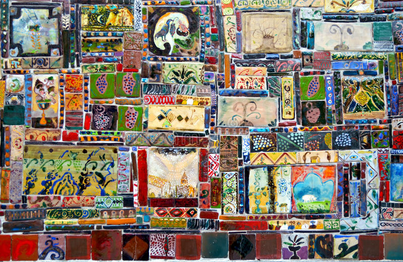 Fragment av den belade med tegel väggen med den Georgia mosaiken royaltyfria bilder