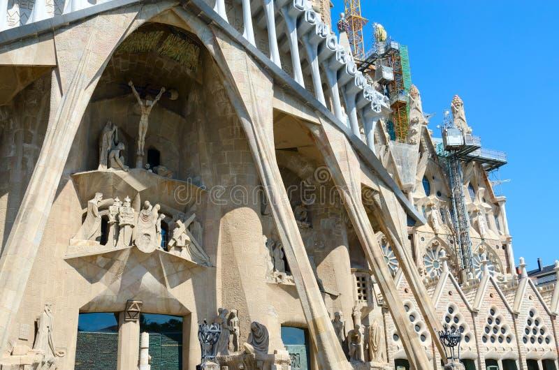 Fragment av den berömda Expiatory kyrkan av den heliga familjen Sagrada Familia, Barcelona, Spanien royaltyfria bilder