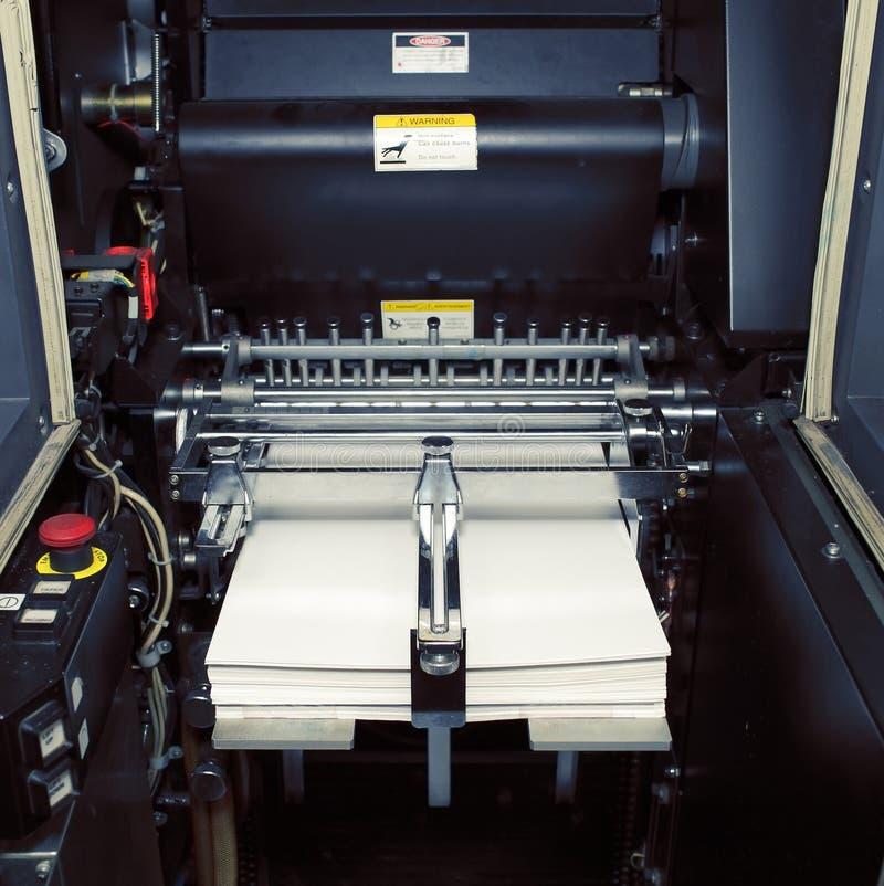 Fragment av den digitala offsetmaskinen med pappers- klart för printing fotografering för bildbyråer