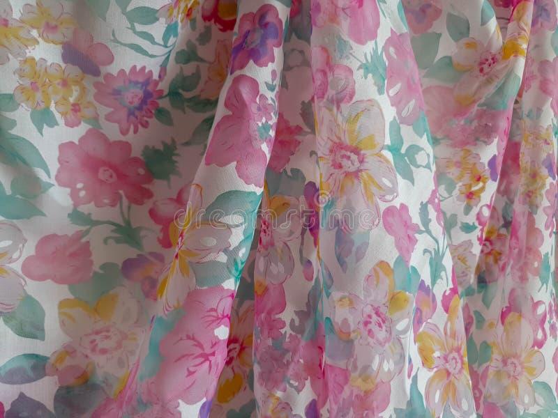 Fragment av den färgrika genomskinliga textilmodellen med den blom- prydnaden som är användbar som bakgrund eller tygprövkopia arkivbild