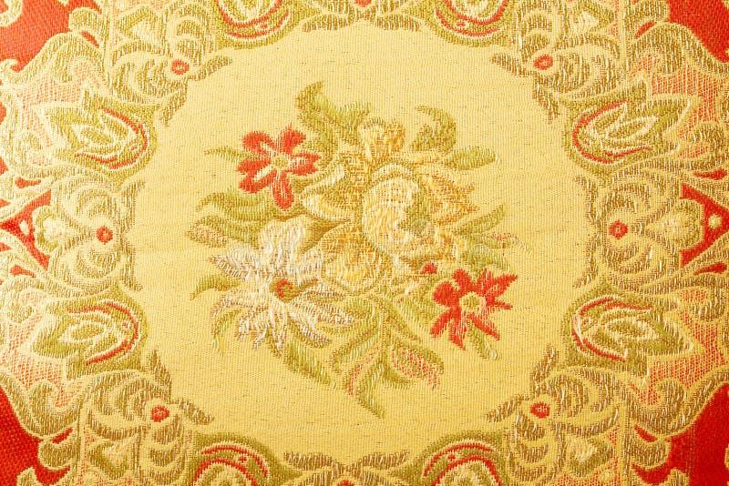 Fragment av den färgrika retro gobelängtextilmodellen med blom- arkivfoto