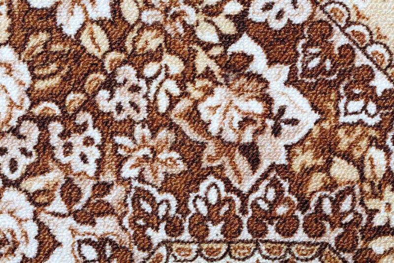 Fragment av den färgrika retro gobelängtextilmodellen med den blom- prydnaden som är användbar som bakgrund royaltyfri foto
