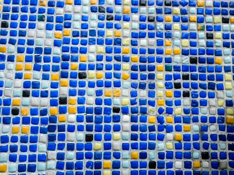 Fragment av den härliga mosaiken på fasaden av byggnaden Abstrakt begrepp färgade keramiska pussel som dekorativ bakgrund royaltyfri bild