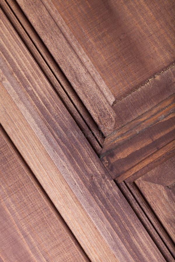 Fragment av den nya målade trädörren arkivfoto