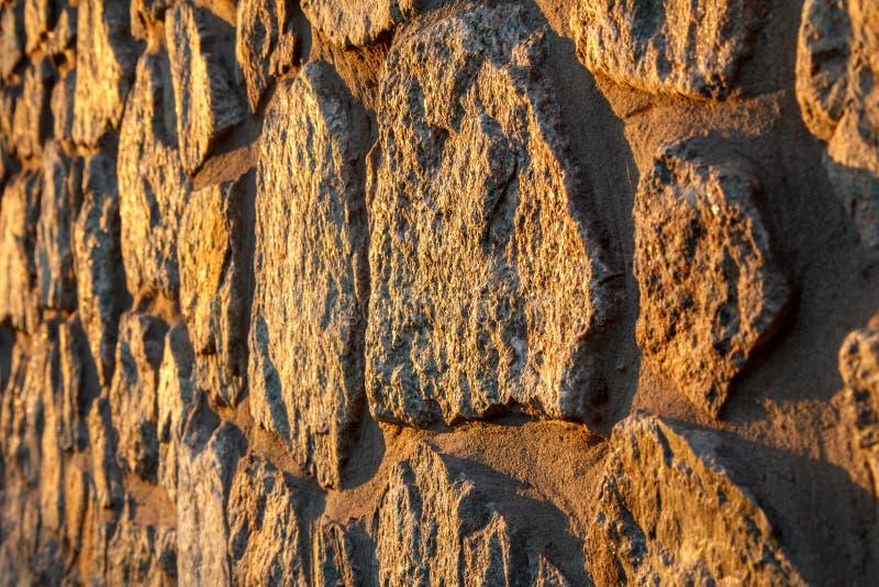 Fragment av den solbelysta stenväggen Slapp fokus fotografering för bildbyråer