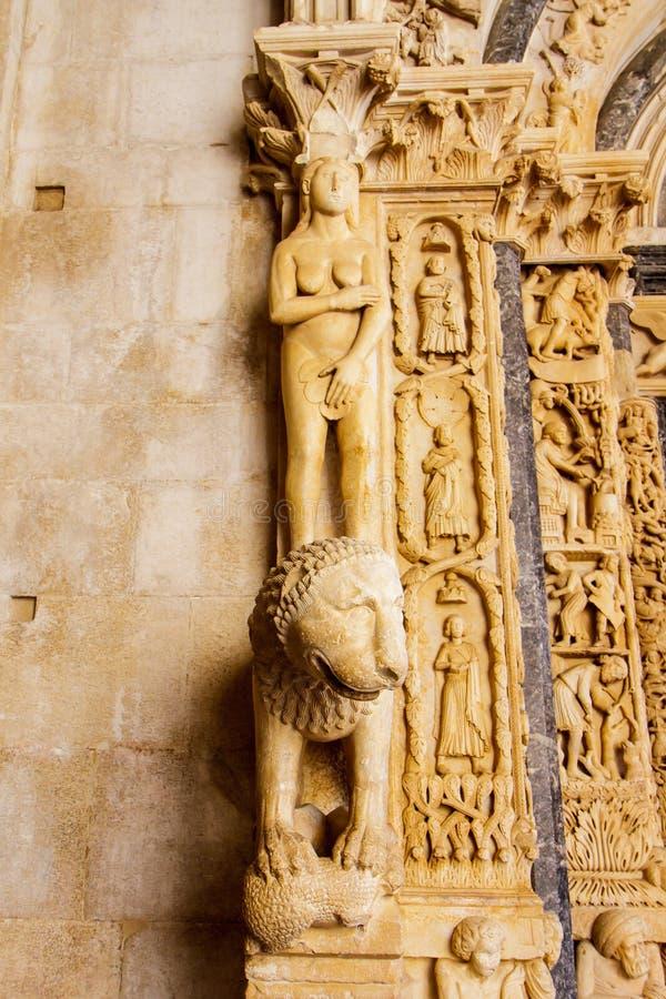 Fragment av en arkitektonisk detalj på en historisk byggnad i Kroatien fotografering för bildbyråer