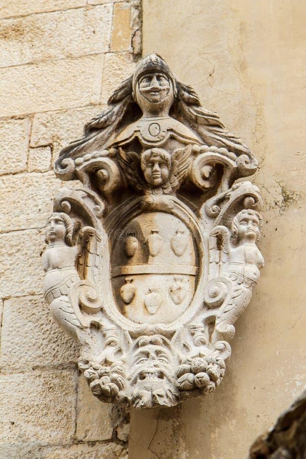 Fragment av en arkitektonisk detalj på en historisk byggnad i Kroatiennärbild royaltyfri foto