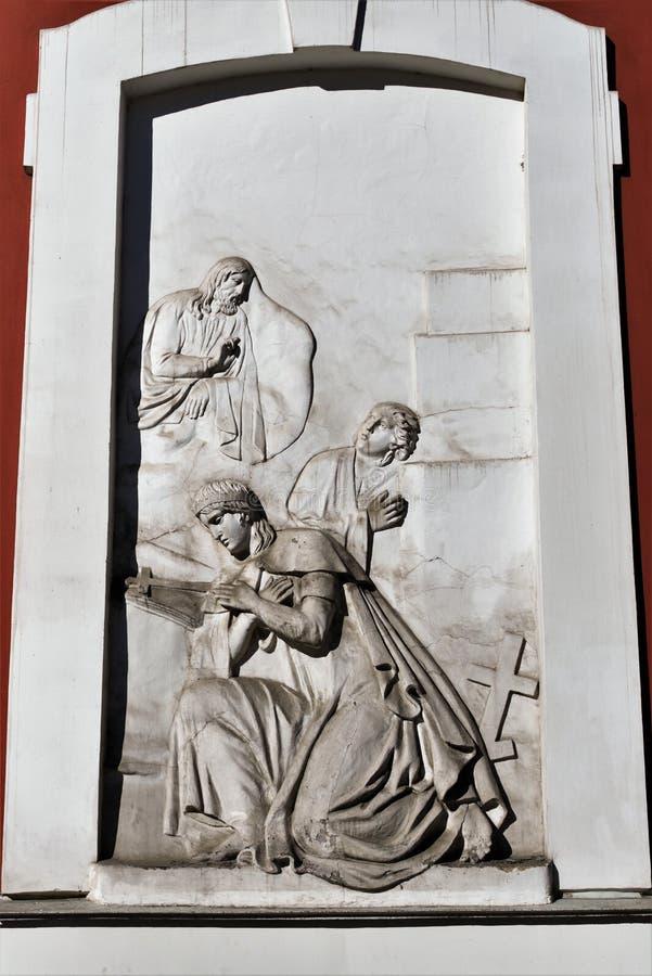 Fragment av en forntida religiös basrelief på väggen av kyrkan av St Panteleimon i St Petersburg, Ryssland royaltyfri bild