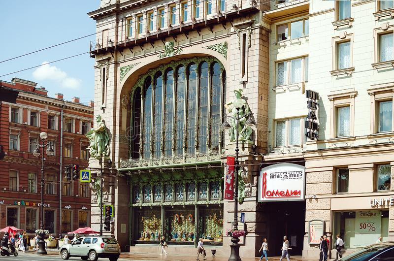 Fragment av en härlig historisk byggnad i St Petersburg royaltyfri foto