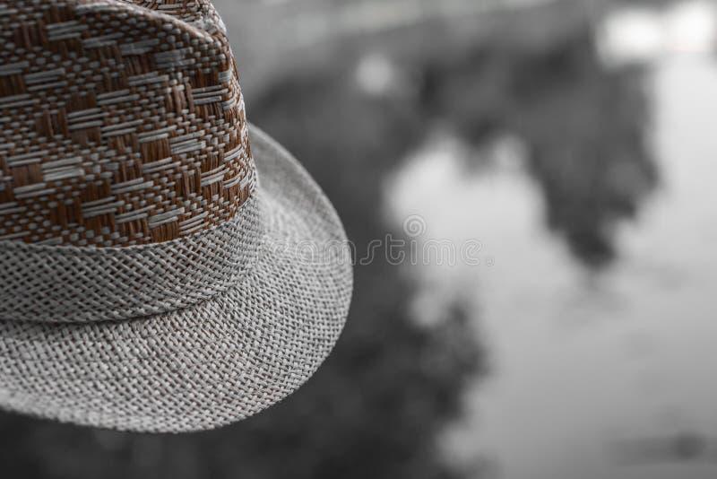 Fragment av en hatt på en suddig svartvit bakgrund close upp close upp Detaljer av en sugrörhatt arkivfoto
