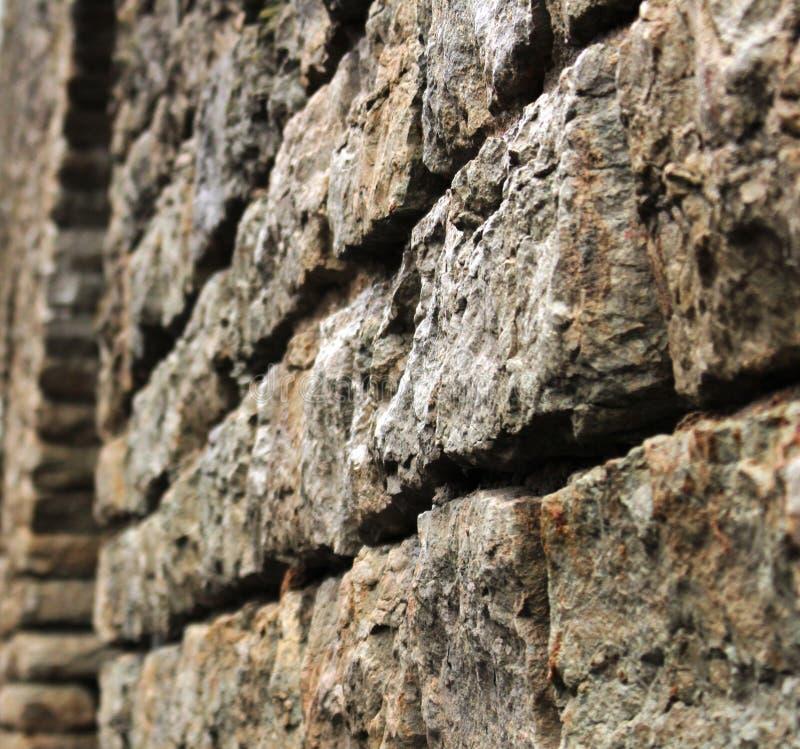 Fragment av en massiv tegelstenvägg av en forntida slott arkivfoto