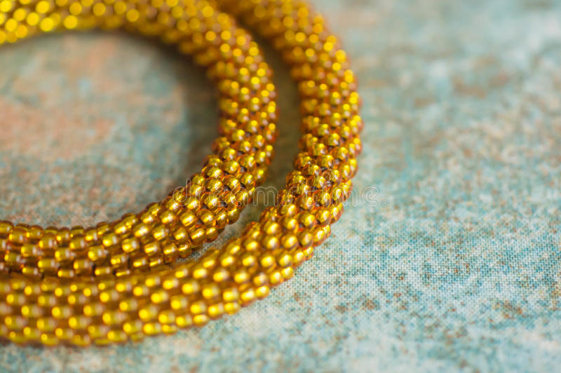 Fragment av en stucken halsband från gula pärlor royaltyfria foton