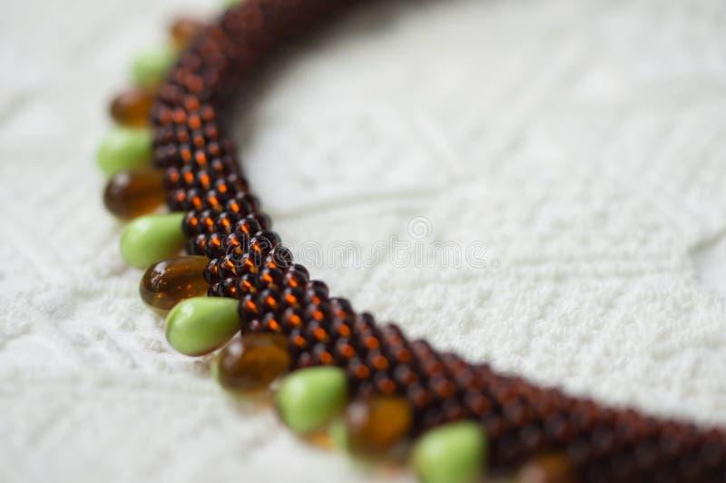 Fragment av engjord halsband från två typer av pärlor royaltyfria bilder
