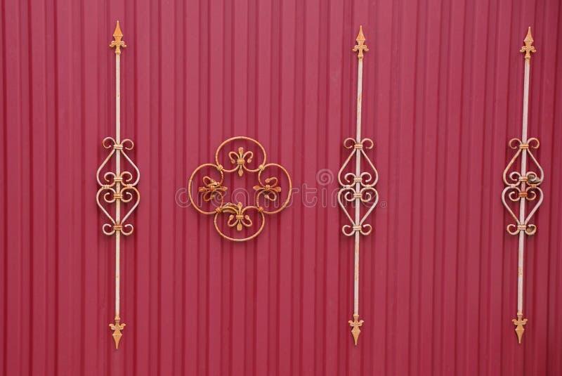 Fragment av ett rött staket med falska stänger och en härlig modell royaltyfri foto
