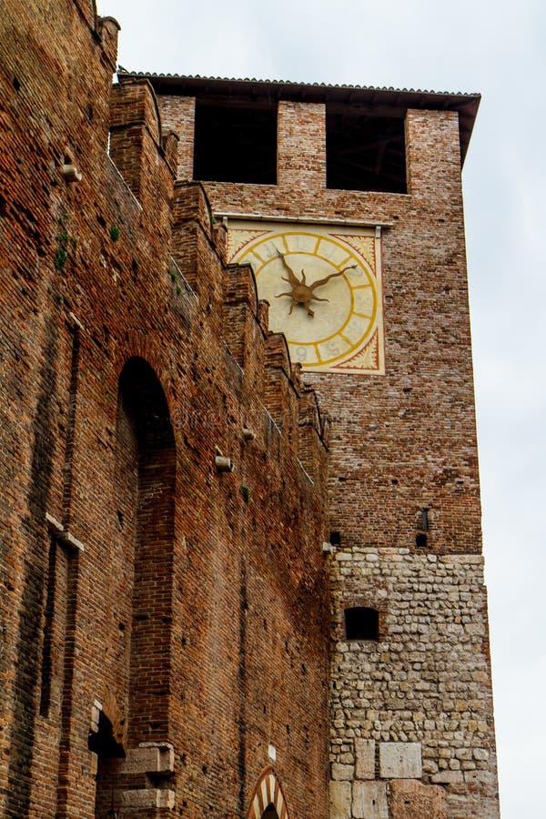 Fragment av fästningen med en klocka i Verona Italien 07 05,2017 royaltyfri foto