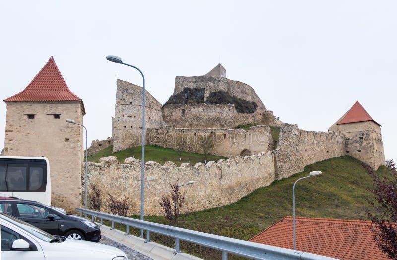 Fragment av fästningväggen av den Rupea citadellen som byggs i det 14th århundradet på vägen mellan Sighisoara och Brasov i Rumän royaltyfri fotografi