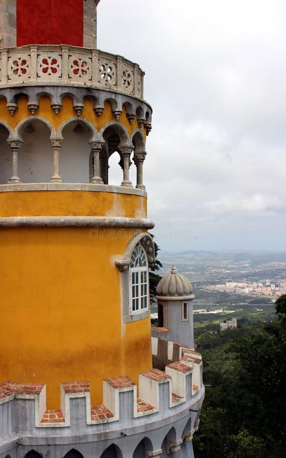 Fragment av fasaden av slotten Pena med ett observationstorn i Sintra arkivfoto