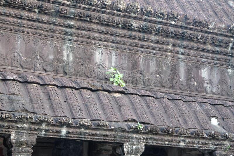 Fragment av fasaden av en forntida byggnad som dekoreras med stencarvings Ett exempel av det fantastiska hantverket av royaltyfria bilder