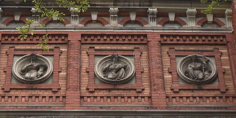 Fragment av fasaden av en gammal byggnad, basreliefer Herford germany royaltyfri foto