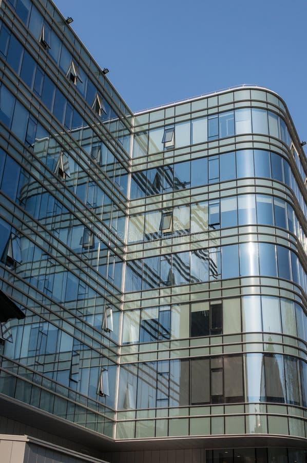 Fragment av fasaden av en modern kontorsbyggnad med panorama- fönster Yttre glasv?gg arkivbilder