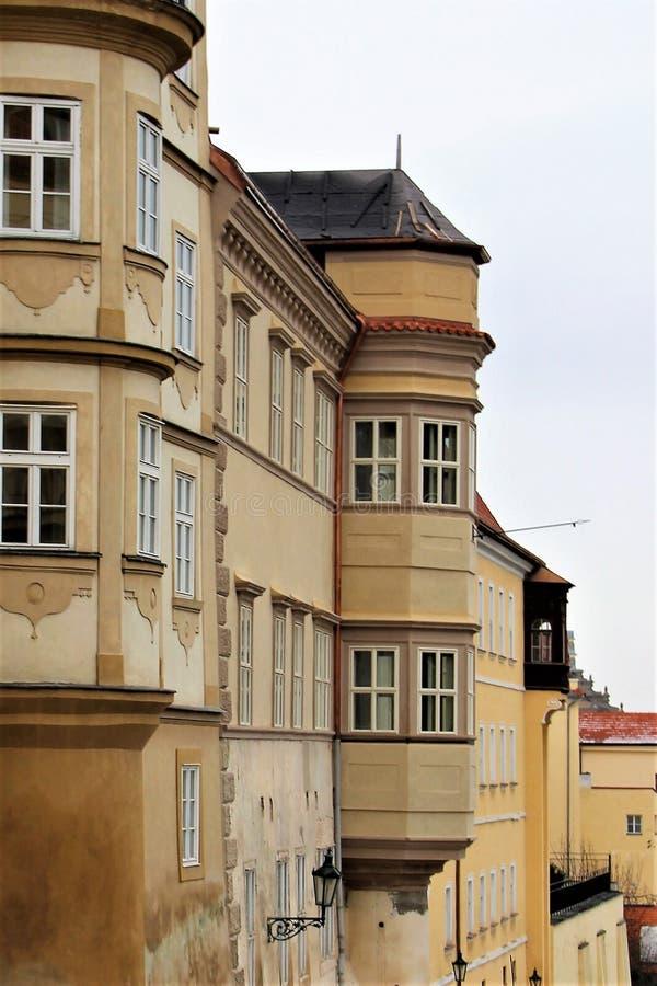 Fragment av fasaden av ett gammalt hus nära den kungliga slotten i Prague, Tjeckien fotografering för bildbyråer