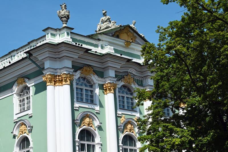 Fragment av fasaden av vinterslotten i St Petersburg fotografering för bildbyråer