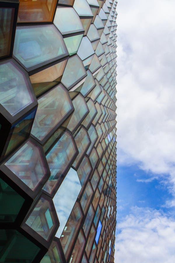 Fragment av glasväggen av operahuset i Reykjavik 10 06,2017 royaltyfria foton