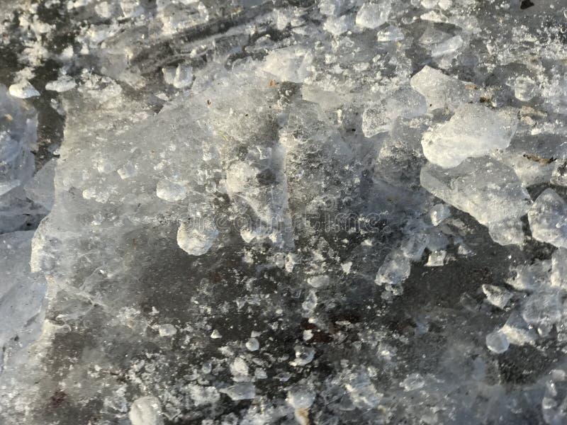Fragment av härlig bruten is lägger på jordningen och gnistrandet i solen royaltyfria bilder