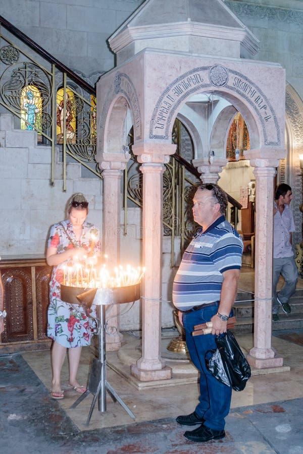 Fragment av inre av kyrkan av den heliga griften i Jerusalem, Israel Troendeljusstearinljus fotografering för bildbyråer