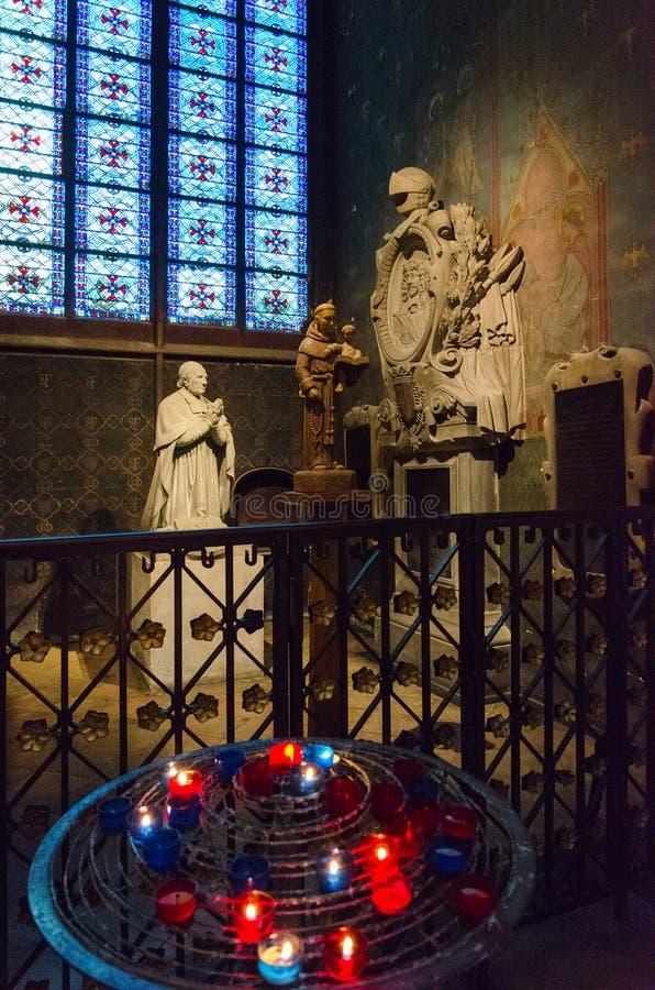 Fragment av inre av den berömda domkyrkan av Notre Dame de Paris, Paris, Frankrike royaltyfria bilder