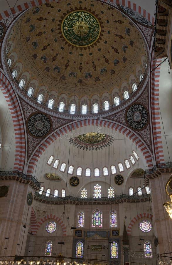 Fragment av inre av den Suleymaniye moskén med den huvudsakliga kupolen, den största moskén i Istanbul arkivbild