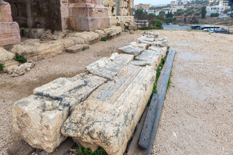 Fragment av kolonner nära Hadrians port i fördärvar av den stora romerska staden av Jerash - Gerasa som förstörs av en jordskalv  arkivbilder