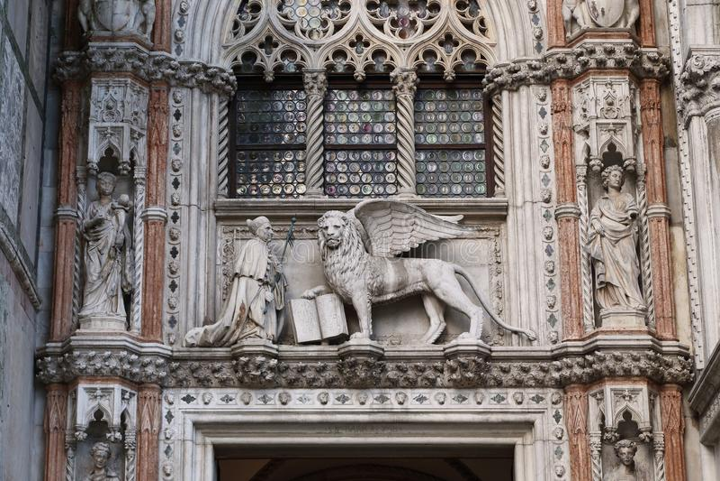 Fragment av konstgarnering av de pappers- portarna av dogeslotten i Venedig arkivbilder