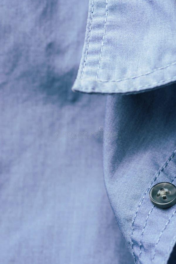 Fragment av mäns knappen för skjortakrage som göras från ren organisk delikat blå grå bomull Sy för design för Menswearmodekläder arkivbild