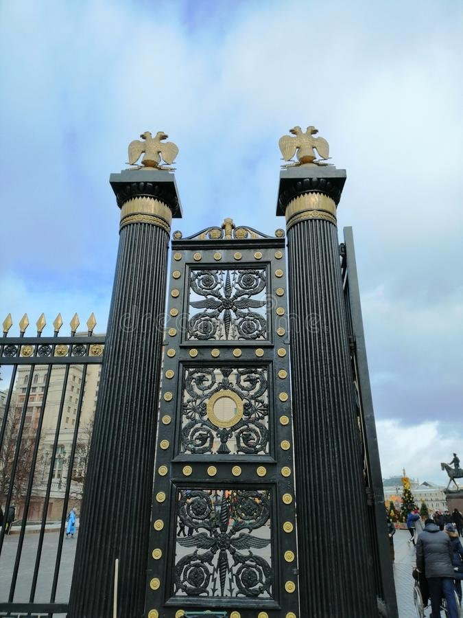 Fragment av porten med dekorativa detaljer arkivbilder