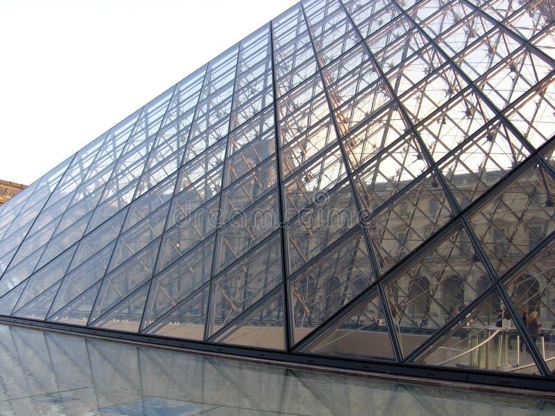 Fragment av pyramid- och vattenspringbrunnen av Louvremuseet Paris Frankrike arkivfoto